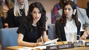 Amal Clooney, con la premio Nobel de la Paz y embajadora de Buena Voluntad por la Dignidad de los Sobrevivientes de Trata de PersonasNadia Murad, en la ONU.