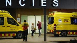 Ambulancias en las Urgencias del Hospital de Igualada, la zona de Catalunya más azotada por la epidemia.