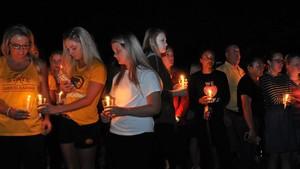 Amigos, compañeros de equipo, estudiantes y profesores asiste a una vgilia en recuerdo de Celia Barquín, en el campus de la universidad de Iowa