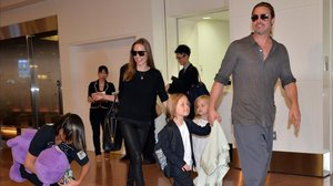 Una foto de archivo de Angelina Jolie y Brad Pitt con sus seis hijos, en el aeropuerto de Tokio, en el 2013.
