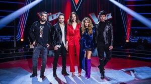 Antonio Orozco, Luis Fonsi, Eva González, Paulina Rubio y Pablo López, en el plató de La voz (Antena 3).