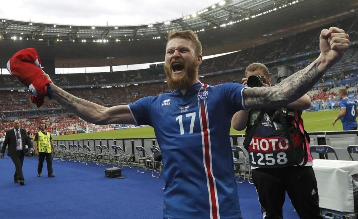 Aron Gunnarsson, el capitán de Islandia, eufórico tras la victoria sobre Austria.