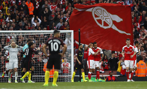 El Arsenal celebra el gol de Walcott.