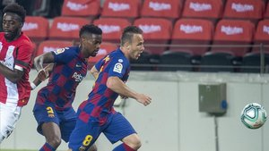 Arthur y Semedo persiguen un balón ante Williams en el Barça-Athletic del Camp Nou.