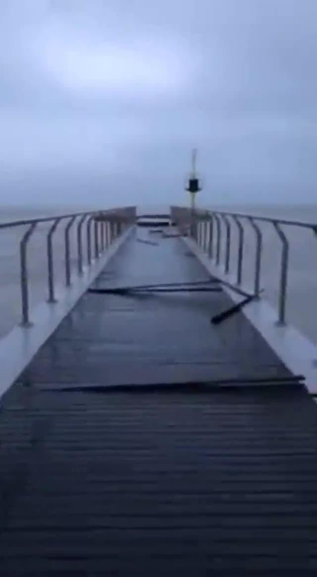 Así ha quedado el Pont del Petroli tras el temporal.