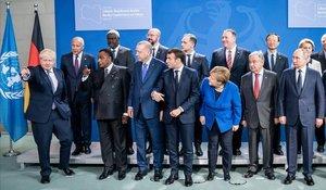 Asistentes a laconferencia internacional sobre Libiacelebrada este domingo en Berlín se preparan para posar en la foto oficial del evento.