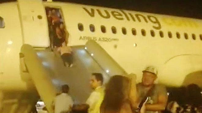 Un avió de Vueling aterra d'emergència al Prat per fum a la cabina | Vídeo