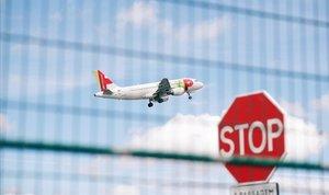 Un avión despegando del aeropuerto