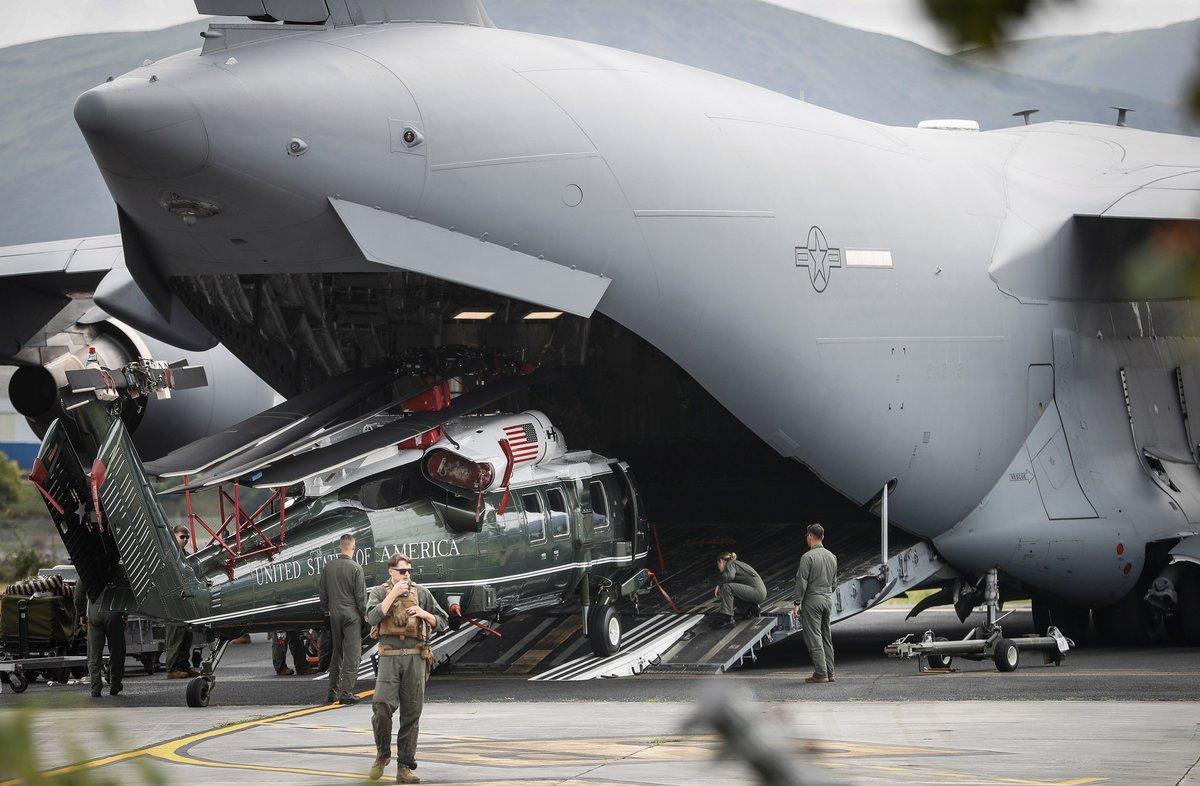 El avión de la fuerza aérea estadounidense que transporta el helicóptero de Trump.