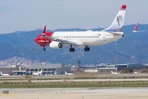 Un avión de Norwegian aterriza en el aeropuerto de El Prat.