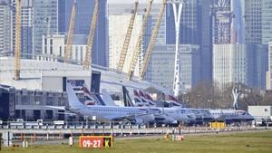 Aviones en la plataforma del aeropuerto de London City, que se hacerrado después del descubrimiento de una bomba de la Segunda Guerra Mundial sin explotar.