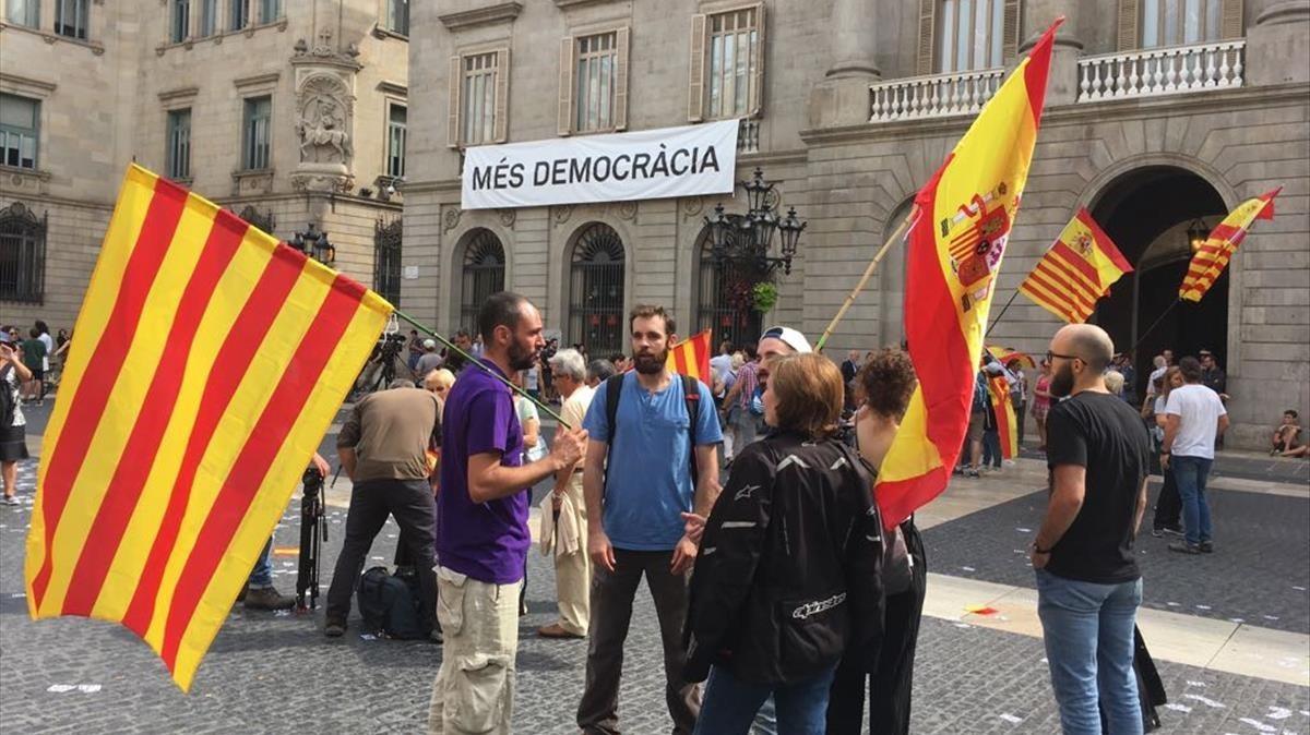 Manifestación con banderas españolas y catalanas, en la plaza de Sant Jaume.