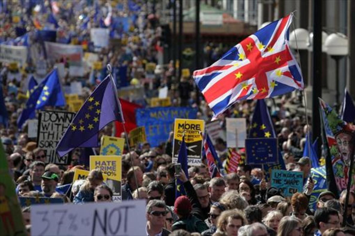 Banderas de Europa y pancartas contra el brexit, en unamanifestación europeísta en Londres.