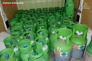 Bombonas de gas freón incautadas en la operación conjunta entre Mossos y Guardia Civil.