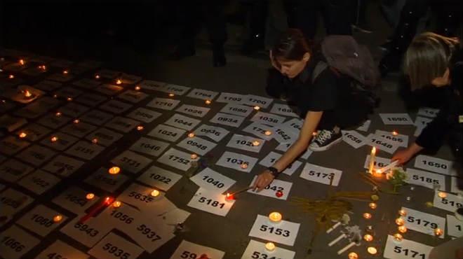 La localidad bosnia deSrebrenica ilumina con velas la memoria de las víctimas de la matanza.