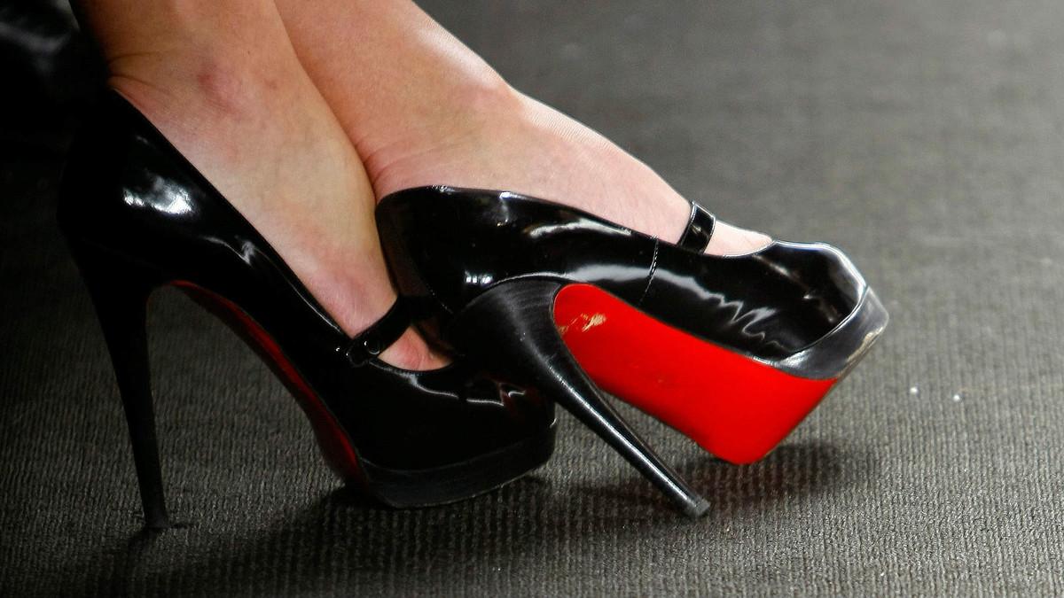 Louboutin perd el monopoli de les soles vermelles