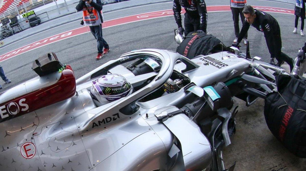 El campeón Lewis Hamilton agarrado al revolucionario volante de su nuevo Mercedes, hoy, en Montmeló.