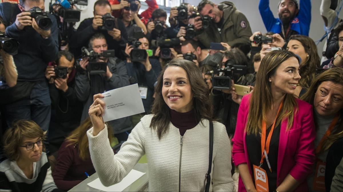 La candidata de Ciudadanos, Inés Arrimadas, votandoen el colegio Ausias March del barrio de Les Corts.