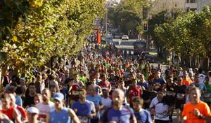 Participantes de la carrera popularBehobia-San Sebastiána su paso por las calles de la capital donostiarra.