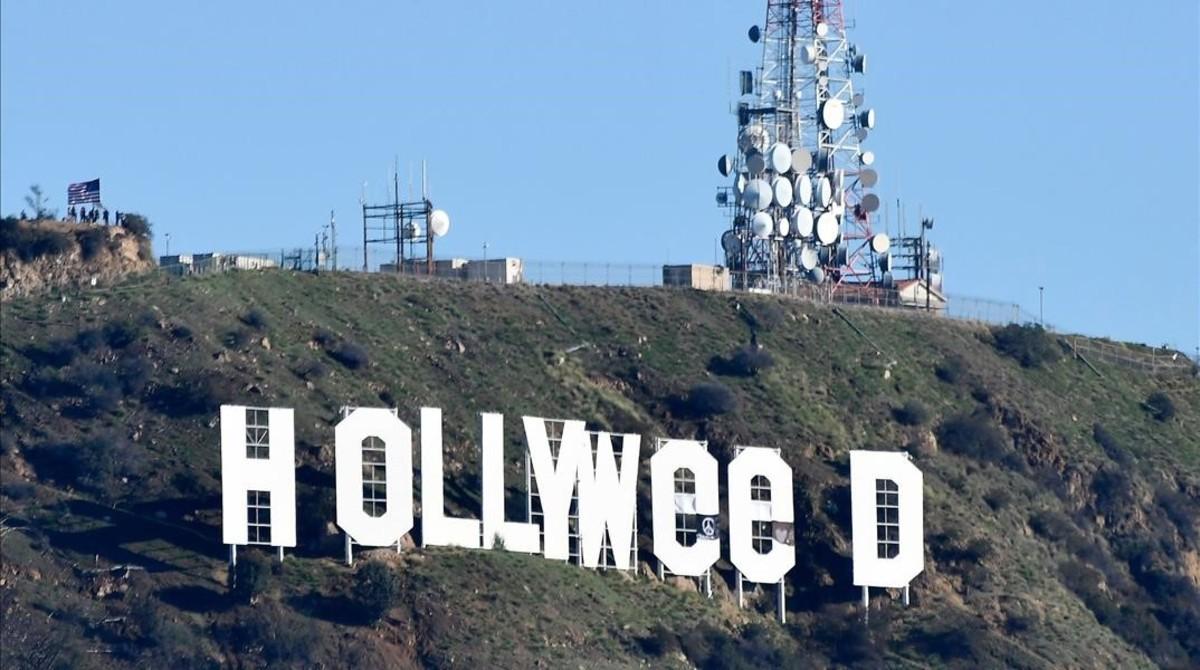 El cartel de Hollywood con las letras cambiadas para celebrar la legalización de la marihuana en California.