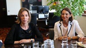 Imagen de archivo de una reunión entre la 'consellera' de Empresa, Àngels Chacón (izquierda), y la ministra de Industria, Reyes Maroto (derecha).