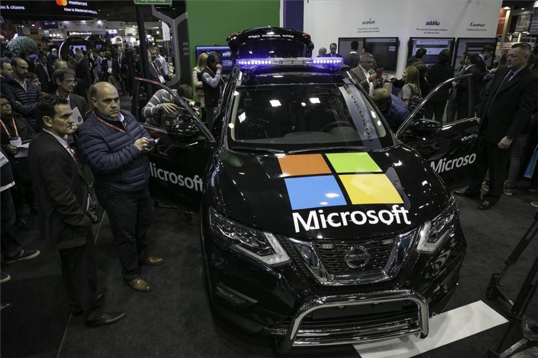 Coche de policía inteligente en el estand de Microsoft de la Smart City Expo de Barcelona.
