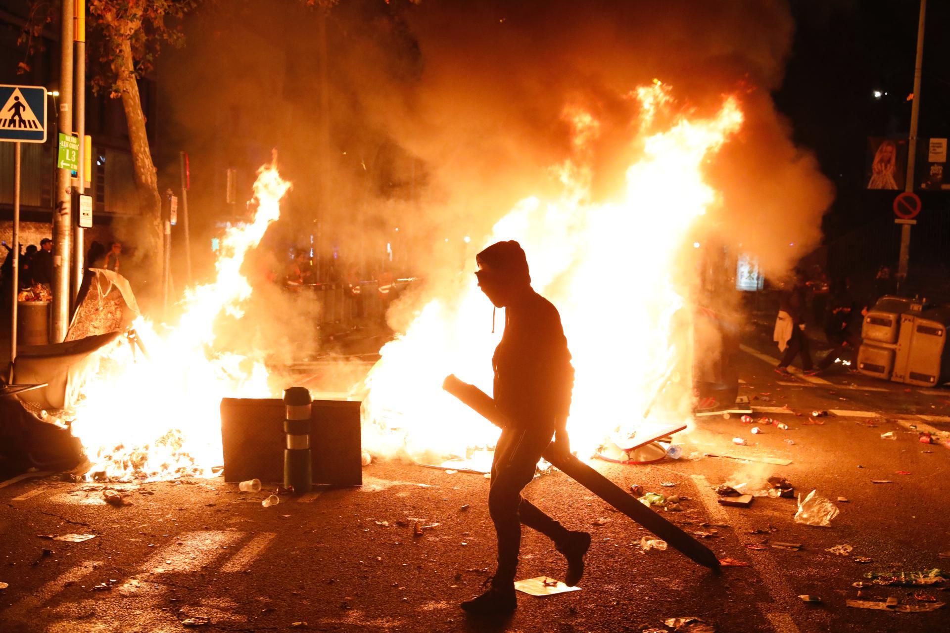 Contenedores ardiendo en los alrededores del Camp Nou.