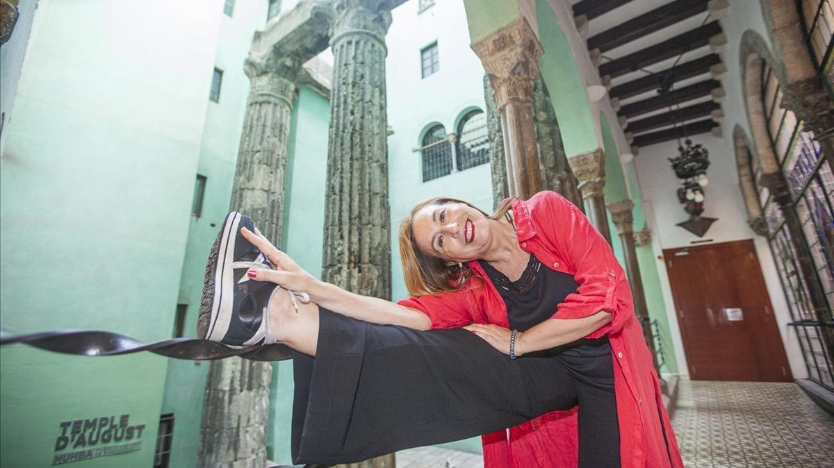 La coreógrafa María Rovira,ante las columnas romanas que se 'esconden' en el patio del edificio que alberga el Centre Excursionista de Catalunya.