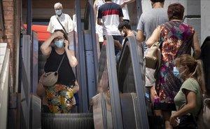 Personas con mascarilla en los accesos del Hospital Vall d'Hebron de Barcelona.