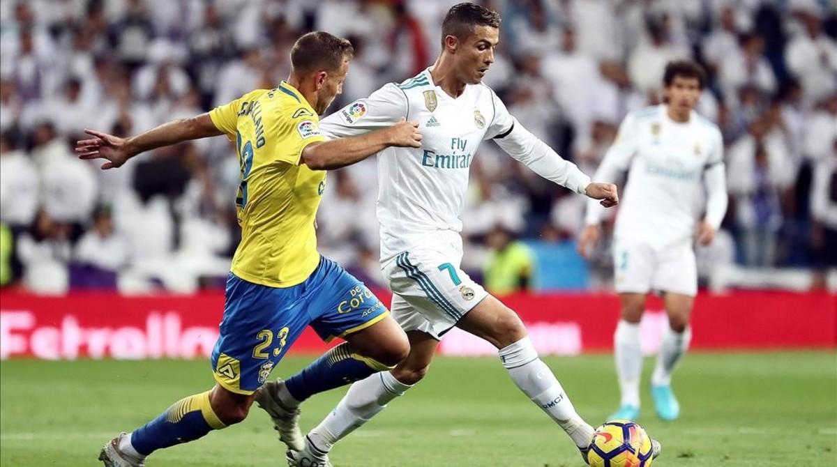 Cristiano Ronaldo pelea un balón con Javi Castellano en el partido de liga ante Las Palmas