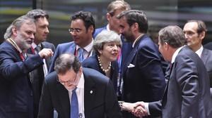 La primera ministra británica,Therasa May, saluda a su homólogo sueco,Stefan Lofven, mientras Mariano Rajoy toma asiento.