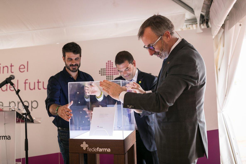 Calduch (derecha), Lozano (izquierda) y Ferrer abrazan una urna con una edición especial de los estatutos de Fedefarma, durante el acto de inauguración de las obras de la nueva planta logística.