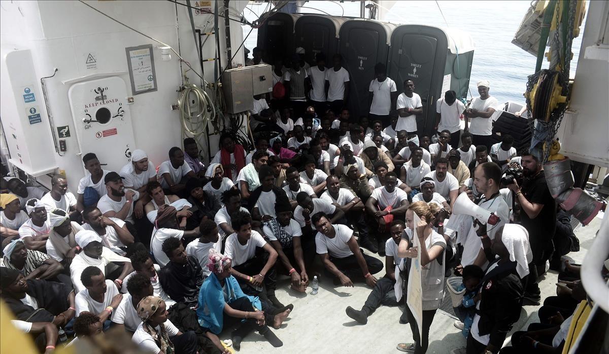 Decenas de inmigrantes en el Aquarius, el pasado junio.