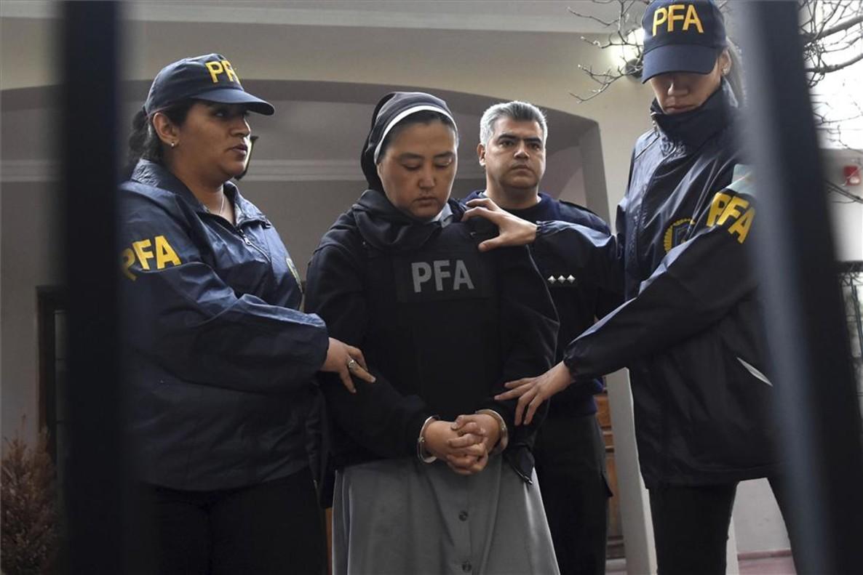 Detención de la monja Kosaka Kumiko, acusada de facilitar el acceso a niños sordos a curas violadores.