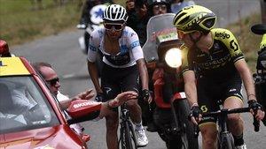 El director del Tour, Christian Prudhomme, anuncia a Simon Yates y Egan Bernal la suspensión de la etapa.