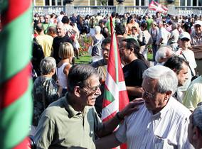 El dirigente de Aralar, Patxi Zabaleta (derecha), conversa con el exdirigente de ETA, Julen Madariaga, en una imagen del 2011. EFE / JAVIER ETXEZARRETA