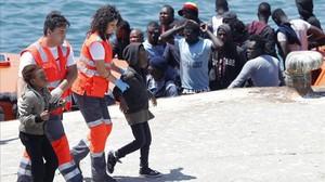 Dos menores son rescatados por miembros de la Cruz Roja tras llegar a la costa gaditana en una patera, el año pasado en Tarifa.