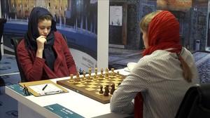 Dos mujeres participan en el Mundial femenino de Ajedrez en Teherán.
