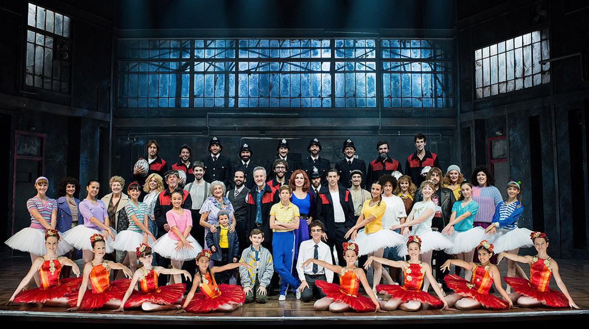 El elenco del musical Billy Elliot, con Pau Gimeno de pie en el centro.