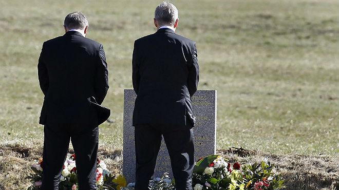 Els presidents de Lufthansa i Germanwings dipositen flors al monòlit per les víctimes.