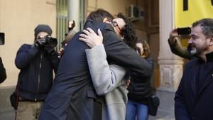 El emotivo abrazo entre Carles Mundó y Marta Rovira en la prisión de la Model.