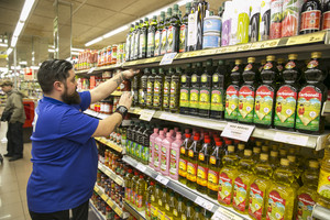 Un empleado en un supermercado de Barcelona.