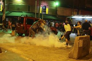 Enfrentamiento entre policía y simpatizantes de Dilma Rousseff, durante la protesta de este domingo en Sao Paulo.