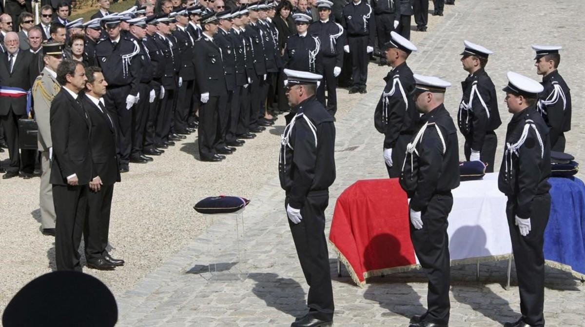 El entonces presidente francés, Nicolas Sarkozy, y su homólogo español, José Luis Rodríguez Zapatero, en marzo del 2010, en el funeral por el primer agente de seguridad francés asesinado por ETA en Dammarie-lès-Lys.