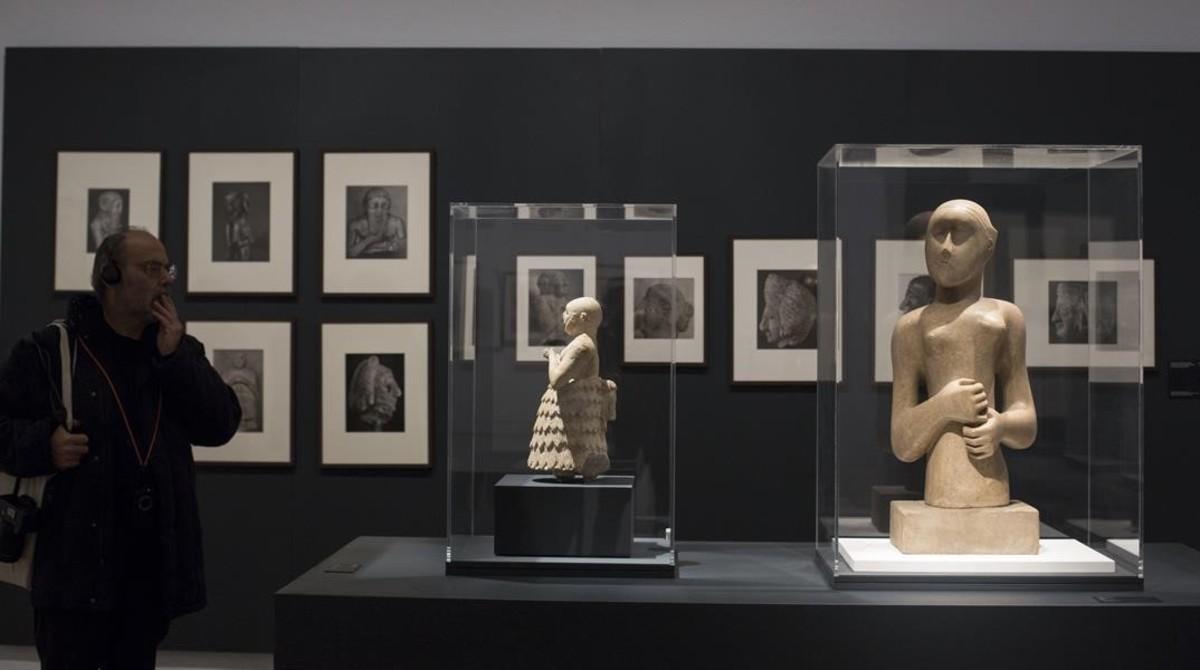 Estatua de Assur, del segundo milenio a.C. (izquierda) junto a la pieza Girl, de Henry Moore,expuestas en la Fundació Miró.