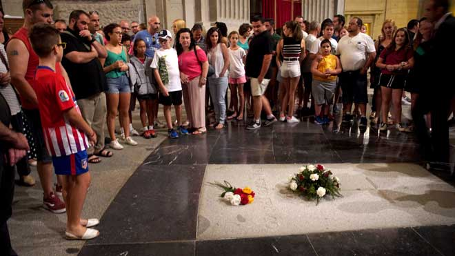 Tensa espera en el Valle de los Caidos a la llegada del decreto del Gobierno de Pedro Sanchez para el traslado de los restos de Francisco Franco.