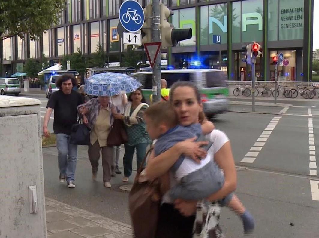 Evacuación de personas que estaban dentro del centro comercial.