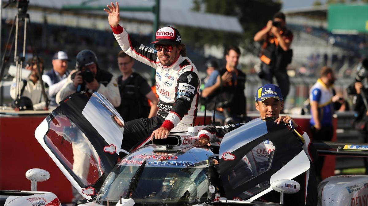 Fernando Alonso, celebrando su victoria en Silverstone.