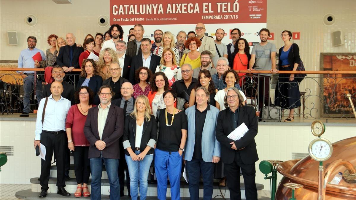 Foto de familia con los responsables de los teatros adheridos a Adetca y los responsables de las adminsitraciones.
