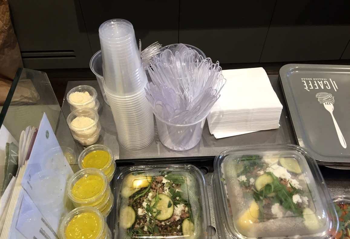 Francia veta los platos de plástico, vasos y cubiertos de este material.